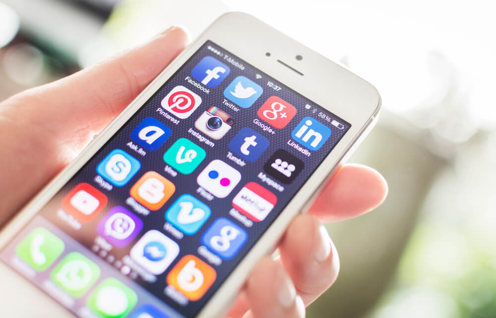 Iphone com diversos ícones de redes sociais
